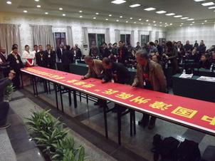訪問記念に署名する会員.JPG